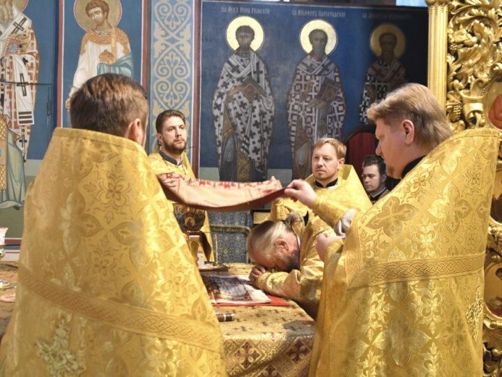 Глава митрополии совершил воскресные богослужения в Знаменском кафедральном соборе