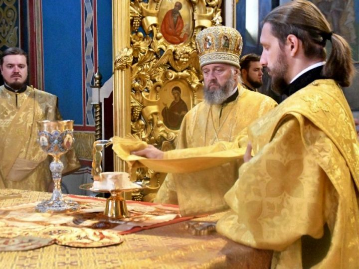 Глава митрополии совершил богослужения в Знаменском соборе