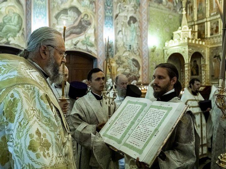 В канун Преображения митрополит Аристарх вручил богослужебные награды в новокузнецком соборе Рождества Христова