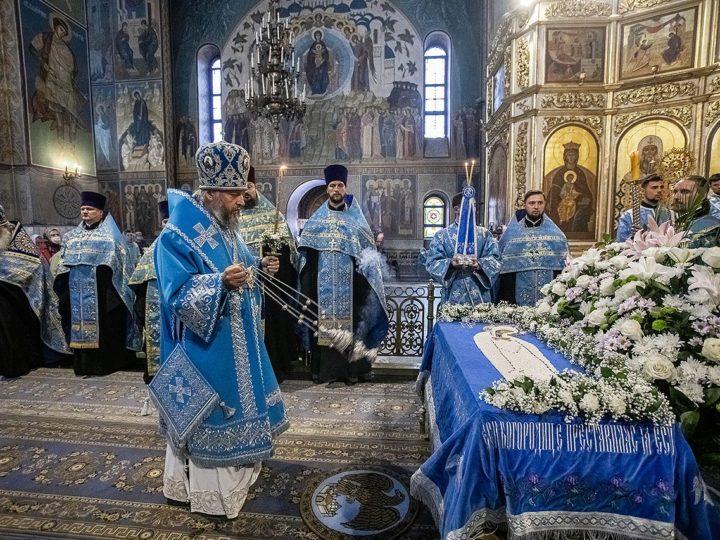 В канун Успения митрополит удостоил клириков епархии богослужебных наград
