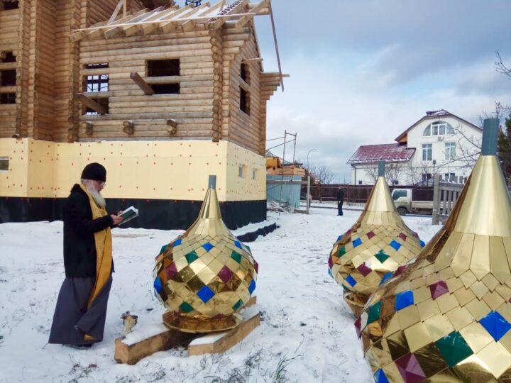В Кемерове освятили и установили купола на храм святой блаженной Матроны Московской