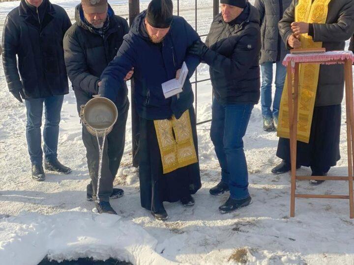 На святом источнике в Кемеровском округе освятили мемориальный камень