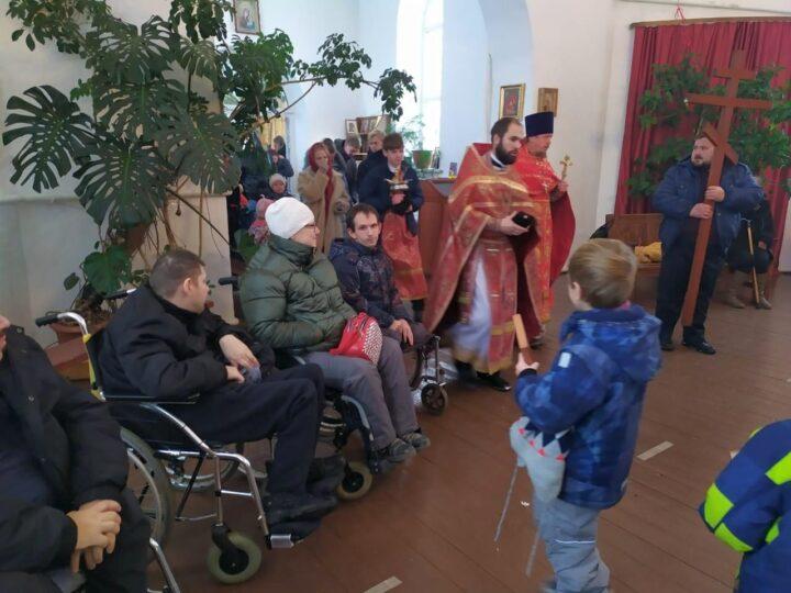 Люди с ограниченными возможностями здоровья приняли участие в праздничном богослужении