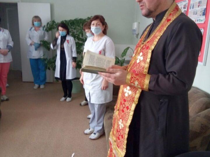 В Ленинске-Кузнецком священник совершил молебен в центре по профилактике и борьбе со СПИДом