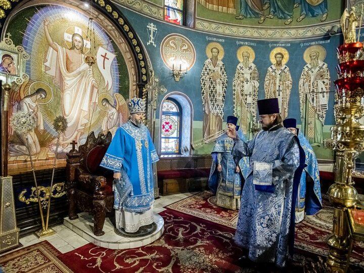 Митрополит Аристарх встретил Введение во храм Пресвятой Богородицы в Знаменском кафедральном соборе