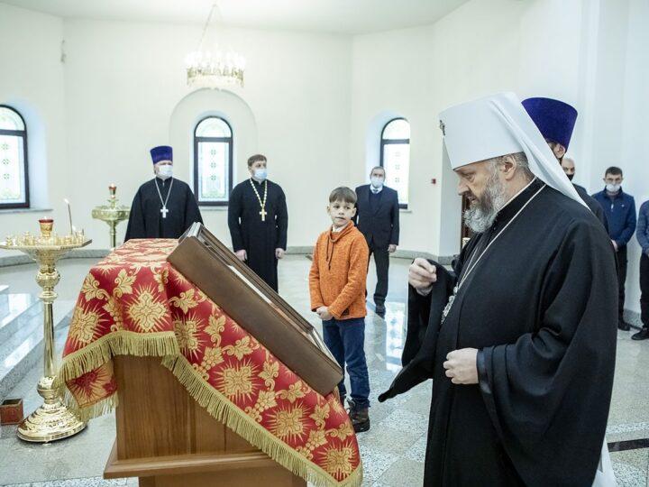 Кузбасский архипастырь посетил Воскресенский приход в Кемерове