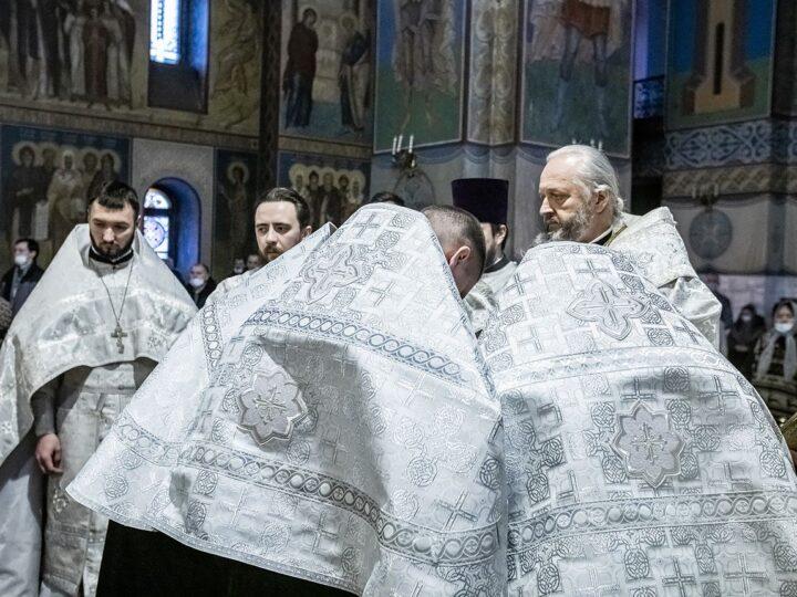 В неделю по Богоявлении митрополит совершил хиротессию во чтецов над учащимися семинарии
