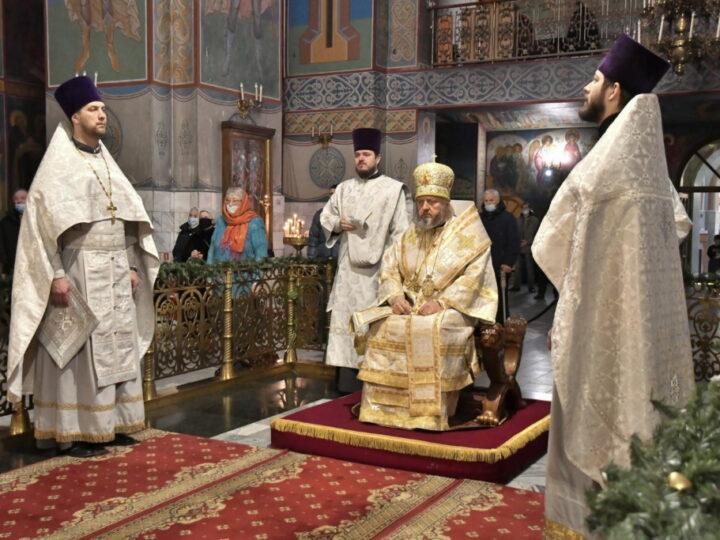 В неделю по Рождестве Христовом митрополит совершил богослужения в Знаменском соборе