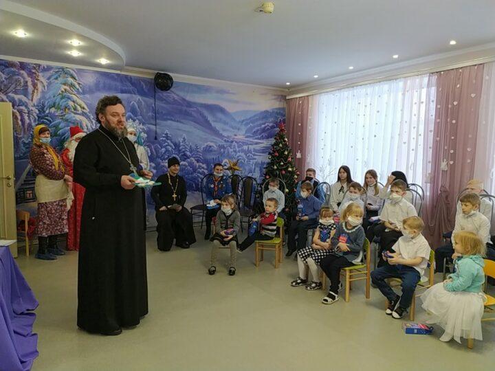 В святочные дни священнослужители Осинников провели цикл встреч с воспитанниками городского детского дома