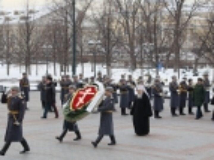 В День защитника Отечества митрополит Крутицкий Ювеналий возложил венок к могиле Неизвестного солдата у Кремлевской стены