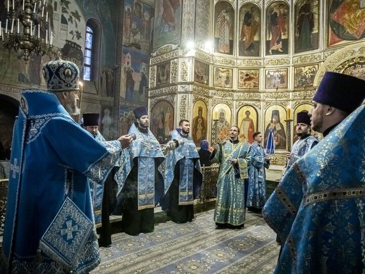 Митрополит Аристарх возглавил Всенощное бдение в Знаменском соборе в канун Сретения Господня