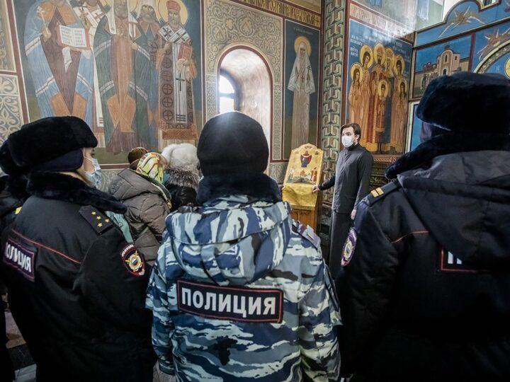 Сотрудницы и ветераны органов внутренних дел побывали в Знаменском соборе
