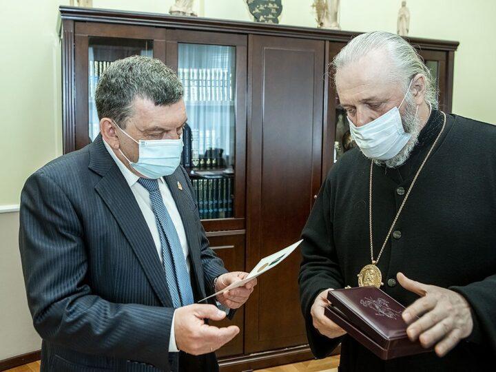 Митрополит наградил главного врача Кузбасской областной больницы