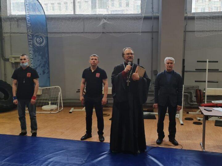 Кемеровский священник встретился с участниками соревнований по греко-римской борьбе