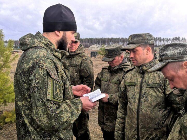 Направленные на учения военнослужащие получили напутствие от священника