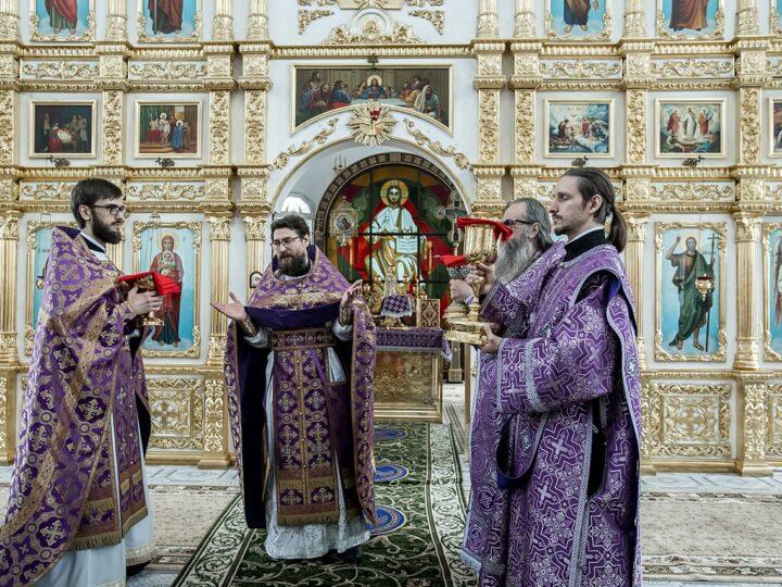 29 апреля 2021 г. Великий Четверток. Божественная литургия в Троицком храме Кемерова