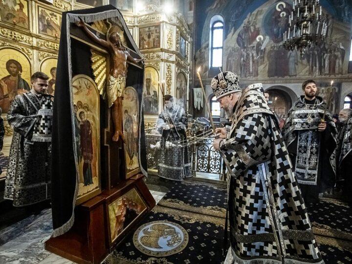 Утреню Великого Пятка митрополит совершил в главном храме Кузбасса