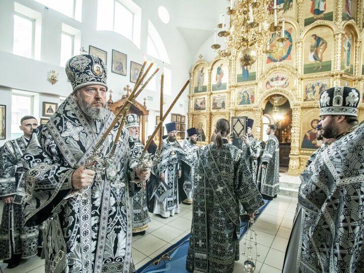 Глава митрополии встретил именины служением Литургии Преждеосвященных Даров в Кемеровском храме