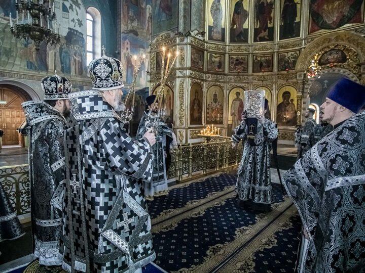 Великий Понедельник. Архипастыри Кемеровской епархии совершили Литургию Преждеосвященных Даров в Знаменском соборе