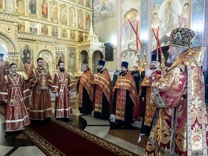 Ректор Кузбасской семинарии совершил Великую вечерню в соборе Рождества Христова
