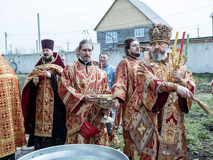 В Светлую пятницу митрополит освятил воду на Воскресенском приходе в Ленинске-Кузнецком