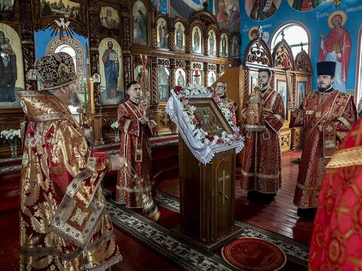 Накануне Светлой среды митрополит возглавил богослужение в Покровском храме Прокопьевска