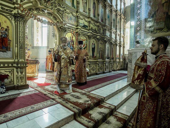 Глава митрополии возглавил Литургию во втором кафедральном храме епархии в Светлую среду