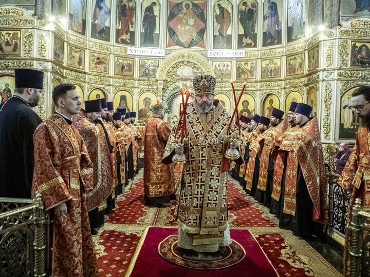 На Великой вечерне в Знаменском соборе клирики епархии удостоились богослужебных наград