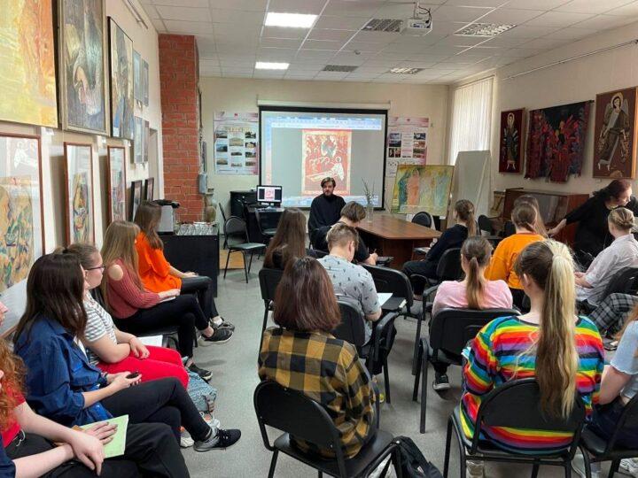 Руководитель епархиального отдела встретился с учащимися художественного колледжа
