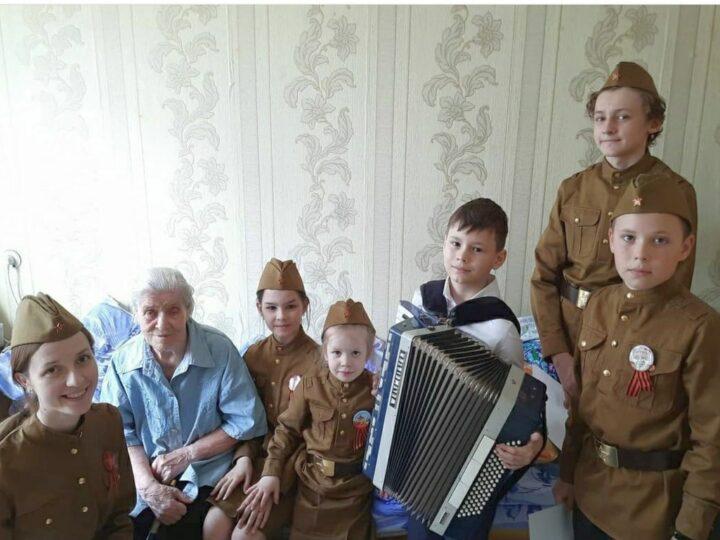 Волонтёры молодёжного клуба «Благовест» поздравили ветеранов с Днём Победы
