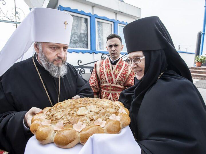 Накануне Светлой субботы глава митрополии совершил Великую вечерню в Свято-Серафимо-Покровском женском монастыре