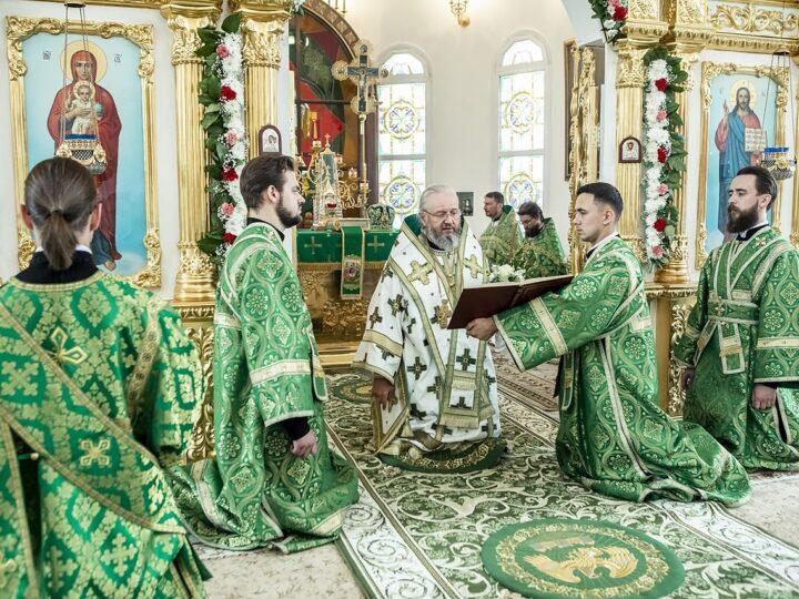 Митрополит возглавил престольный праздник Троицкого храма в Кемерове