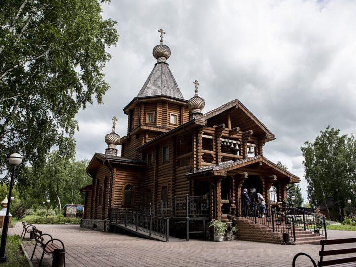 Канун престольного дня Всехсвятского храма в Кемерове ознаменовался архиерейским богослужением