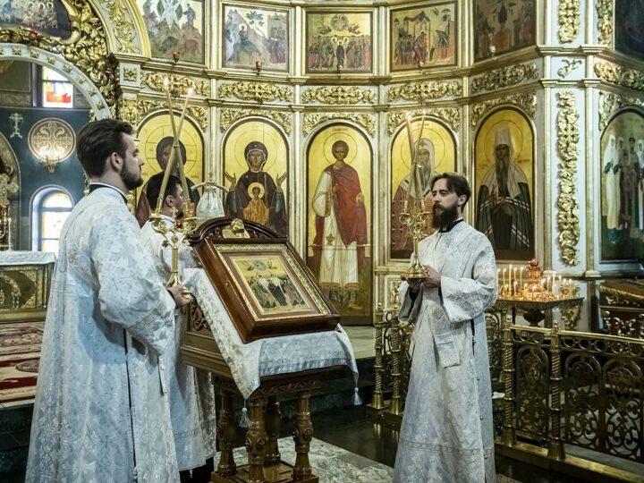 Всенощное бдение в канун Вознесения митрополит Аристарх совершил в Знаменском соборе
