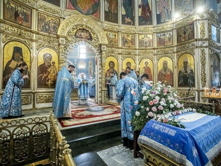 Глава митрополии встретил Успение Пресвятой Богородицы в Знаменском соборе