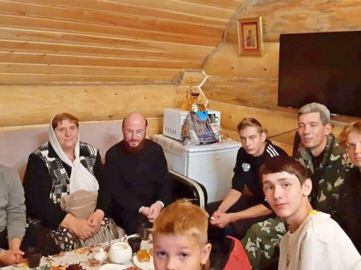 В Ленинск-Кузнецком храме прихожане встретились с казаками