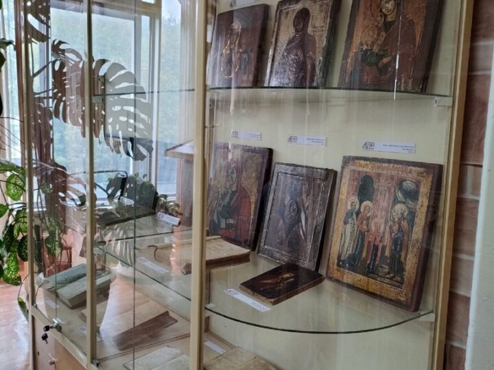 На базе библиотеки имени А. М. Береснева открылась выставка икон