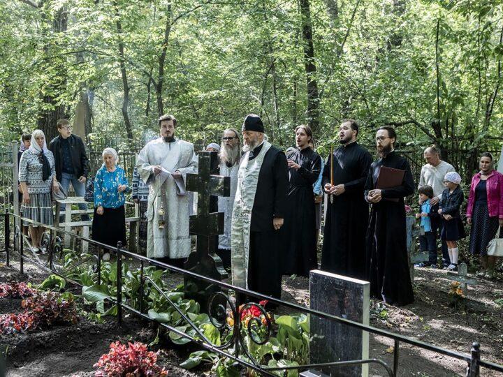 Митрополит Аристарх совершил литию на месте погребения прихожан Знаменской церкви