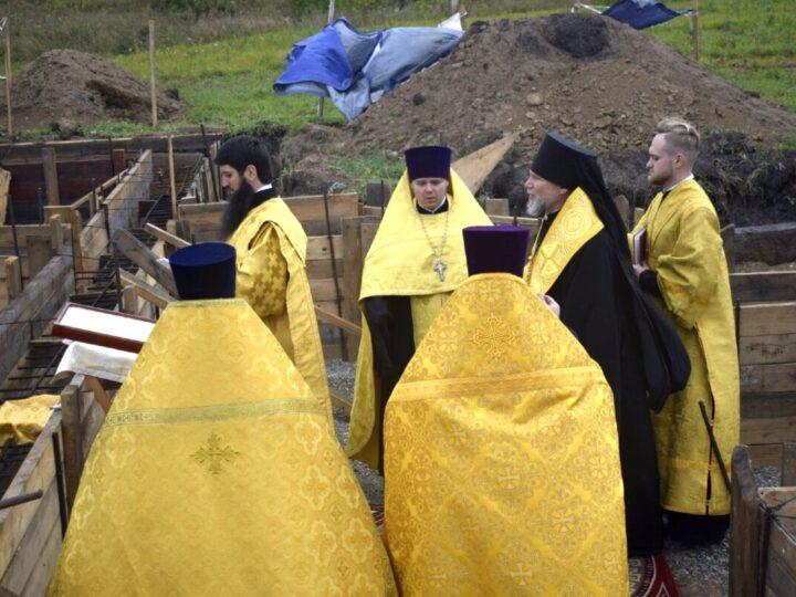 В Новоильинском районе Новокузнецка освятили закладной камень под строительство храма